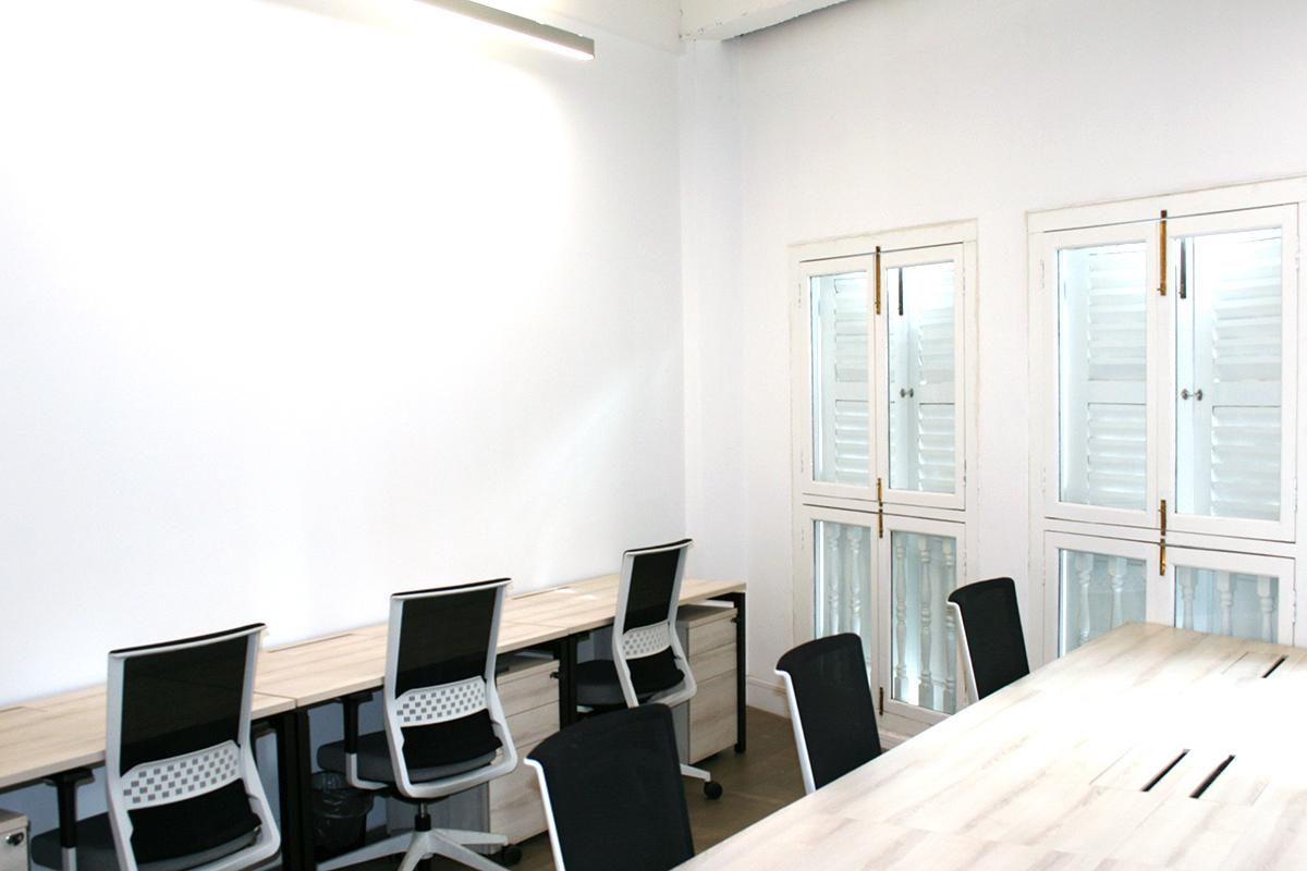 The Coの複数名の入居空間。シンプルな什器で統一。