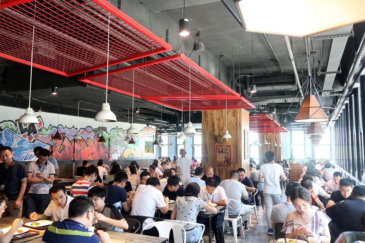 Tencent(テンセント)の食堂。従業員でひしめきあっている